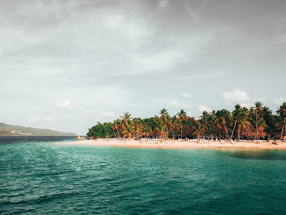 Blauw water en lege stranden in de Dominicaanse Republiek