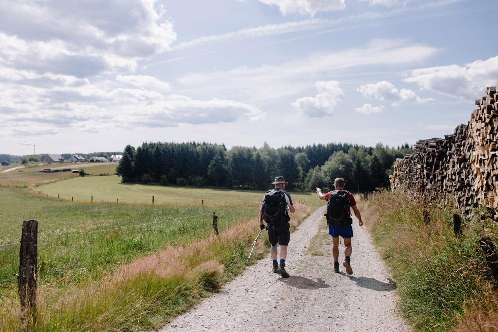 Wandelaars in de natuur van de Ardennen