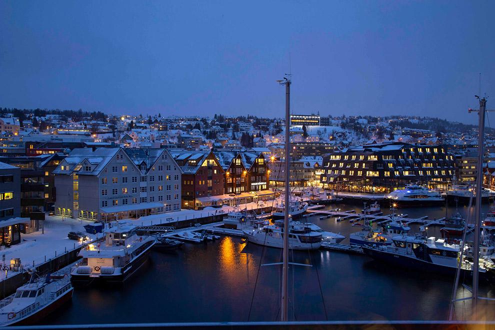 Avond kleurt lucht blauw boven stad in Noorwegen