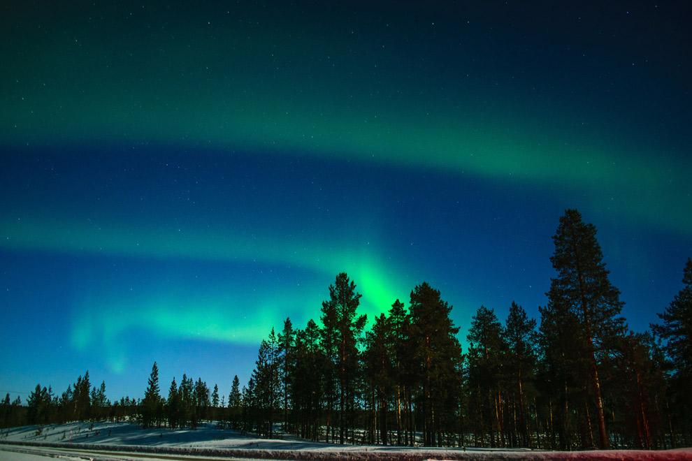 Magische groene noorderlicht boven winters landschap in Lapland