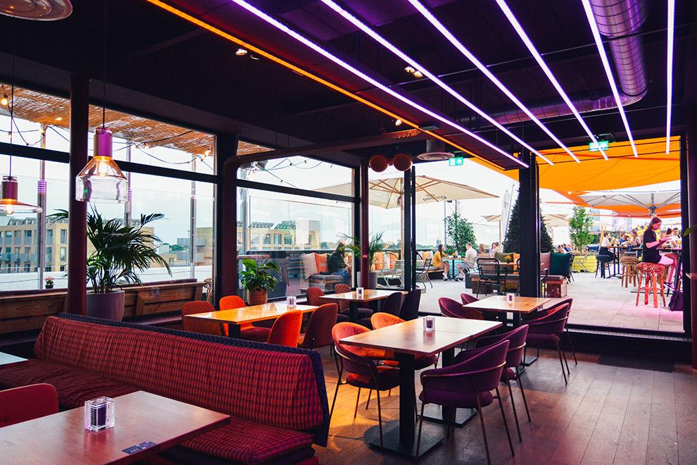 Het kleurrijke interieur en dakterras van Doloris' Rooftop