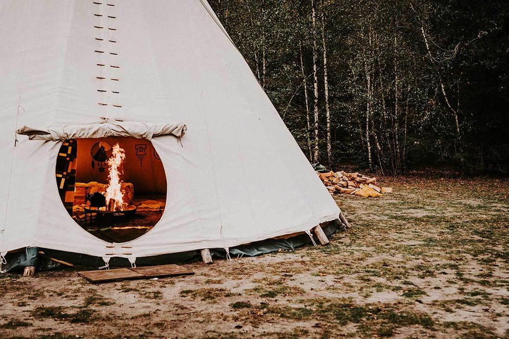 Houtkachel en wollen dekens houden je warm tijdens winters kamperen in Winterwoods