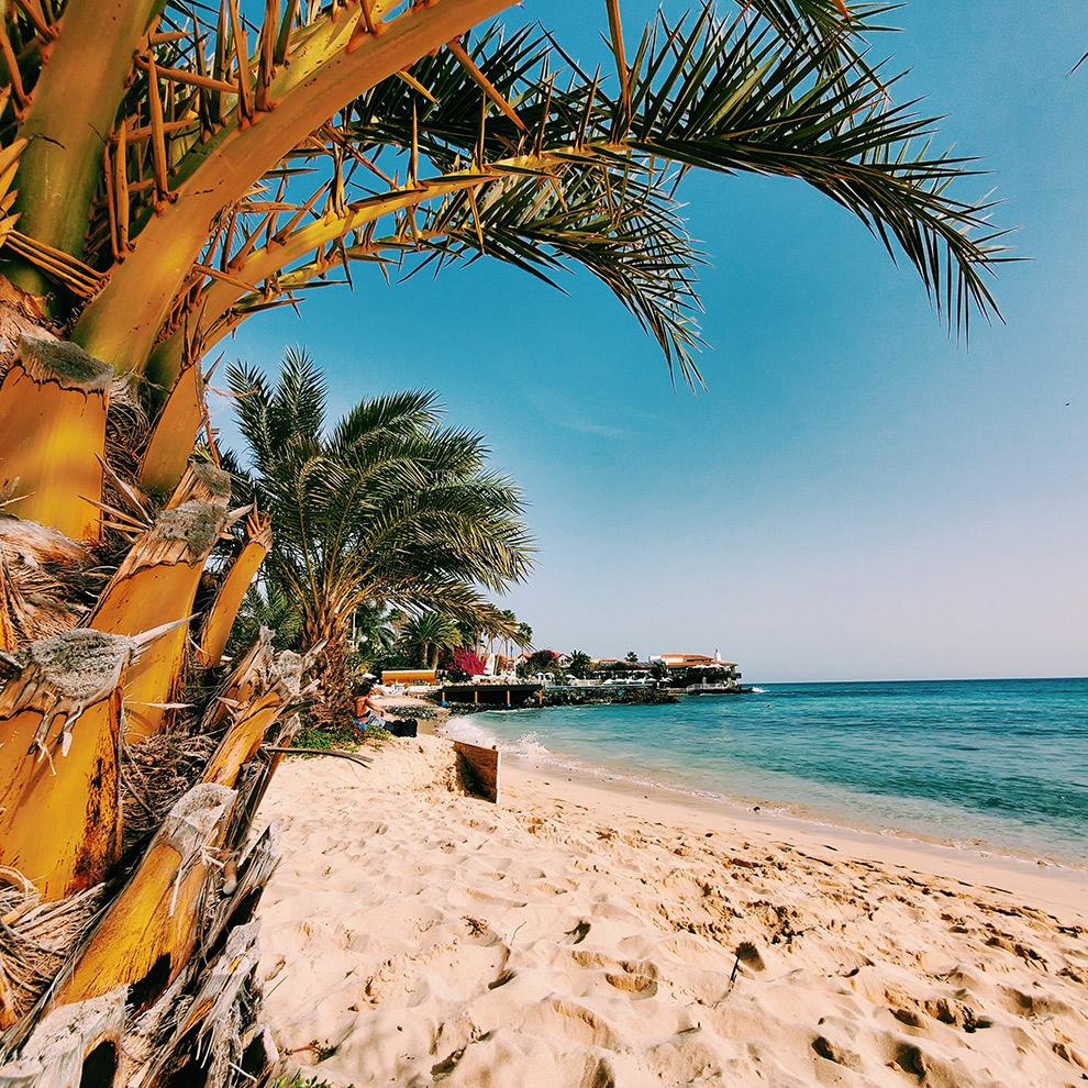 Tropisch zandstrand op Kaapverdië