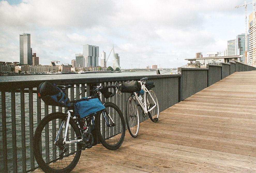 Bepakte fietsen op het vertrekpunt Nijmegen