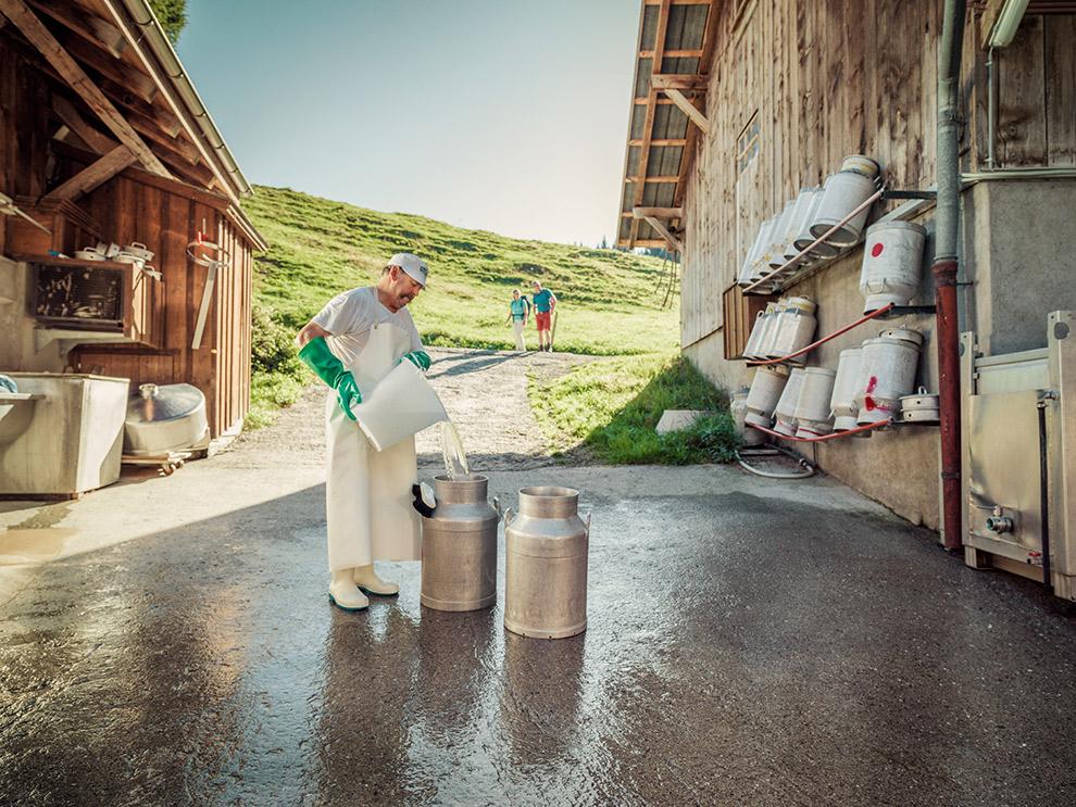 Kaasboer aan het werk op het Alpenkaaspad