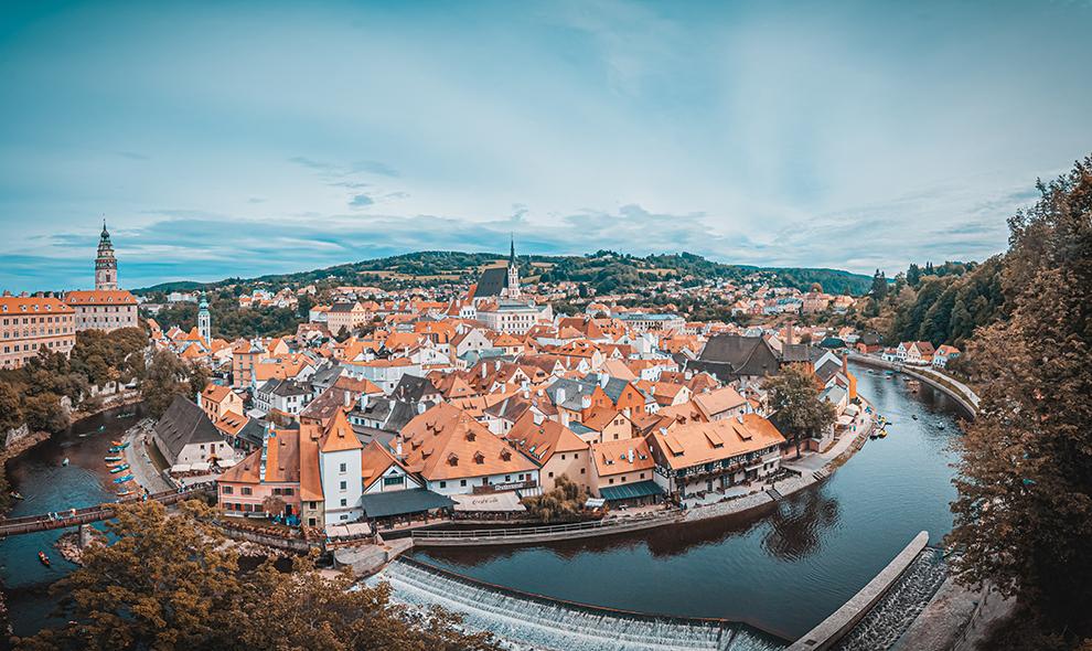 Prachtig uitzicht op český krumlov door hoge ligging