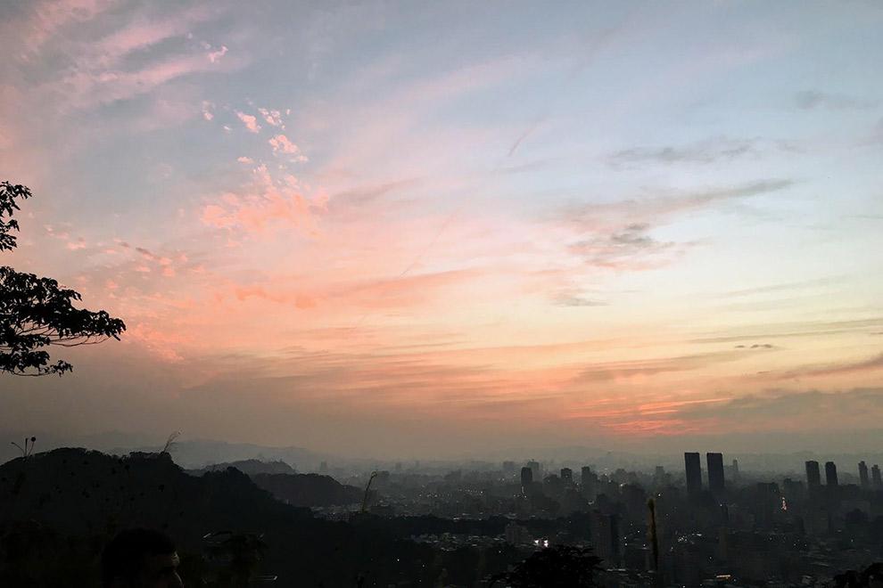 Roze-oranje lucht boven stad Taipei in Taiwan