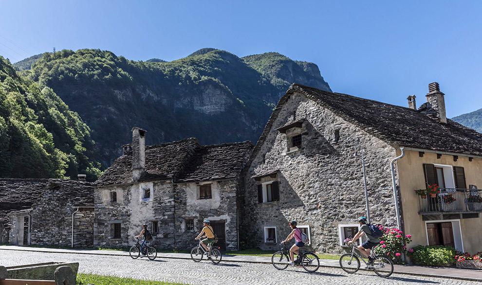 Fietsen door rustieke dorpjes in Ticino