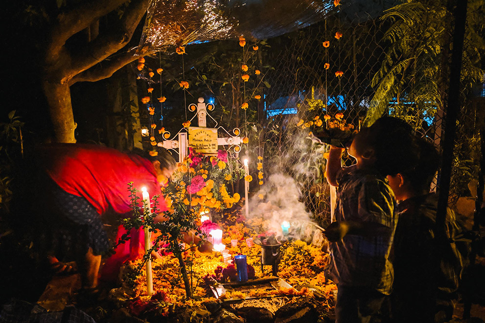 Familie herdenkt overledenen op begraafplaats in Oaxaca