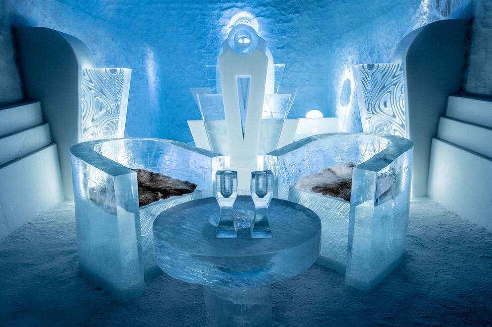 Lougen in de icebar van het Zweedse IJshotel
