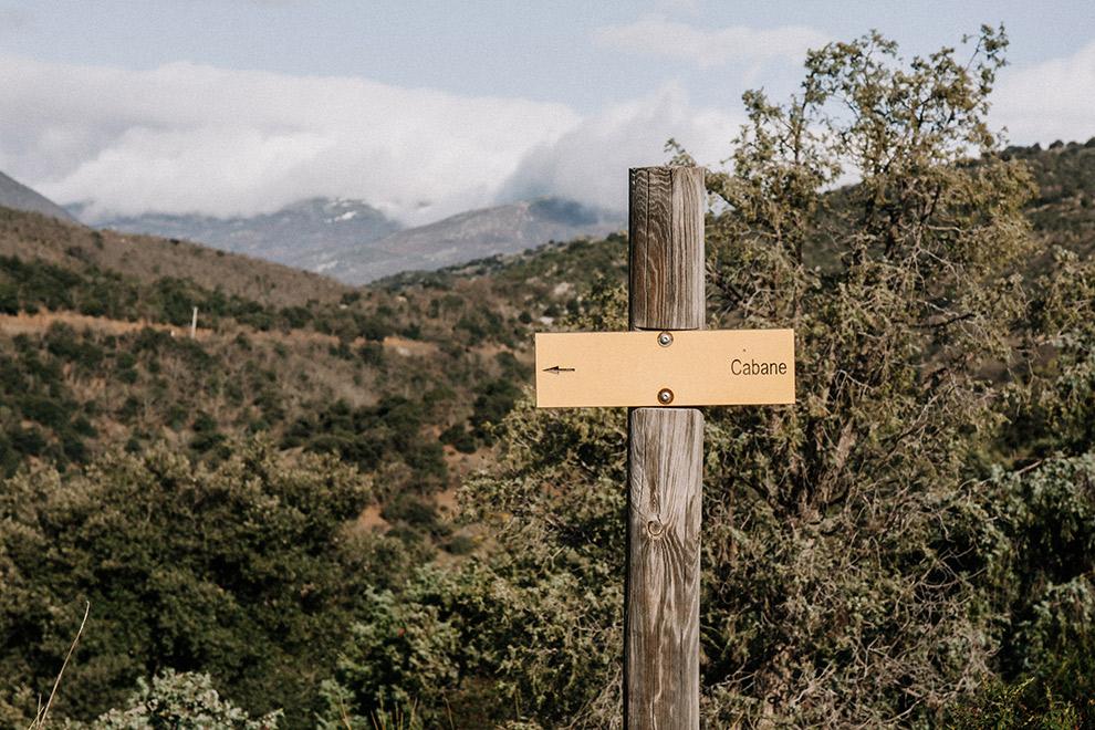 Geel routebordje wijst weg naar 'cabane' (hutten)