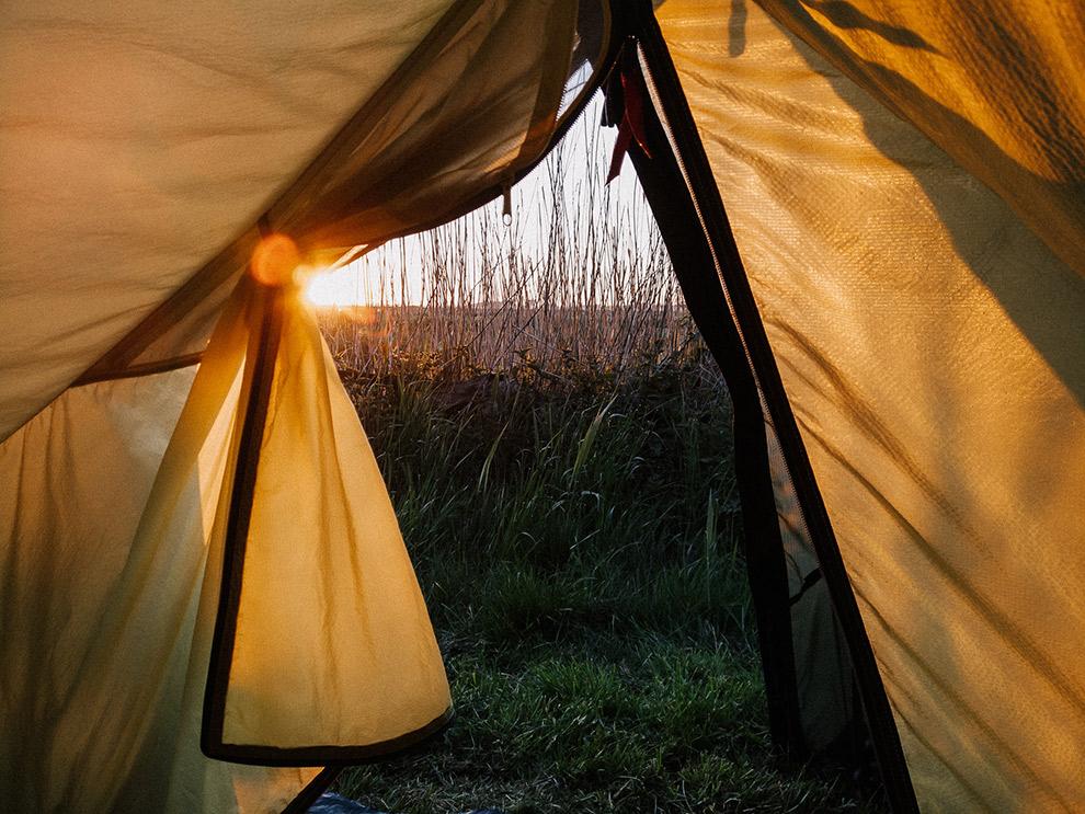 Uitzicht zonsopkomst vanuit gele tent
