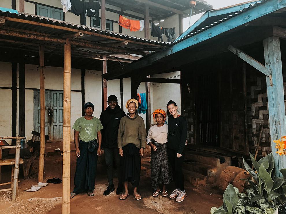 Op de foto met de gastheer en vrouw van verblijf in Myanmar