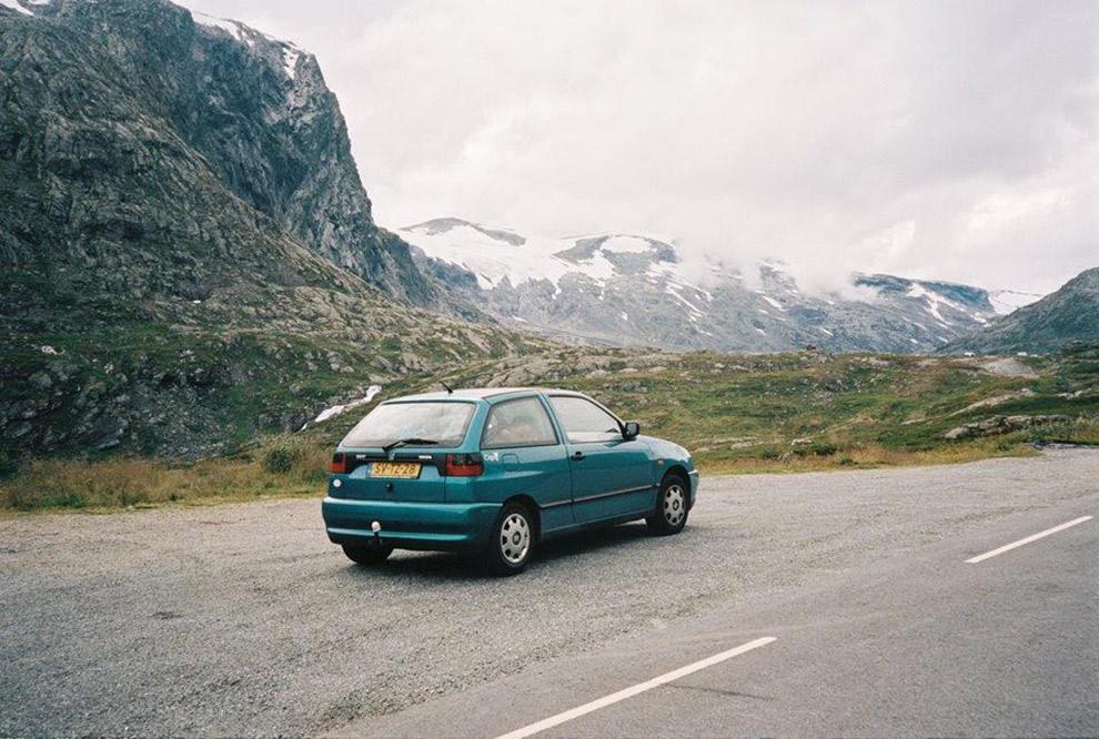 De turquoise Seat Ibiza klaar voor de roadtrip