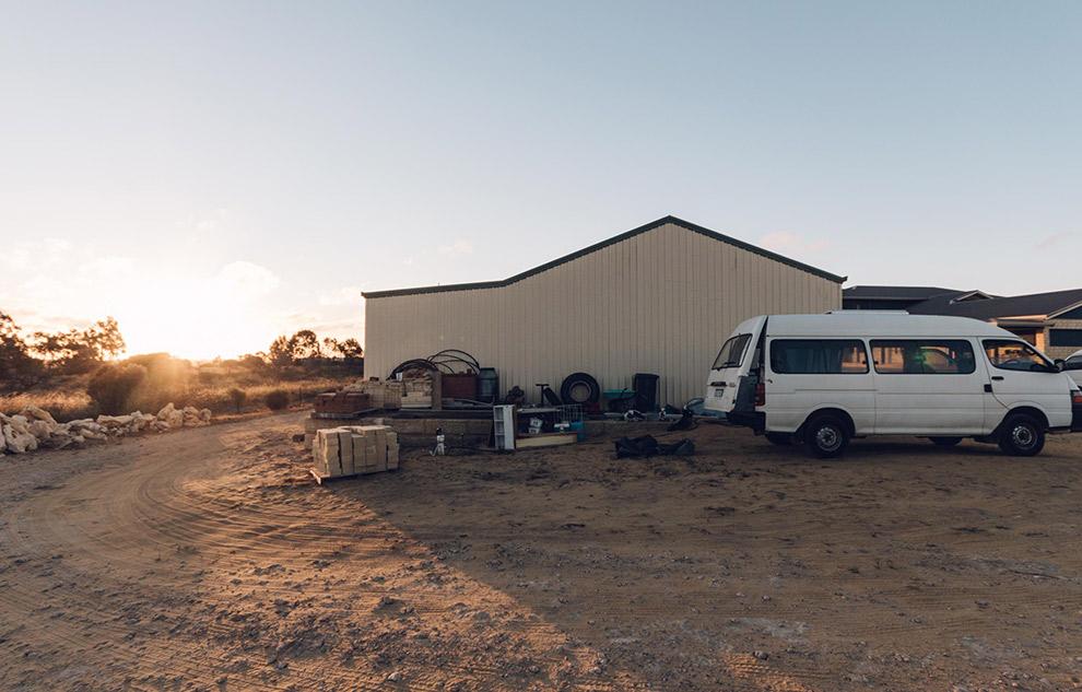 Klussen aan camperbusje op loods in Australië