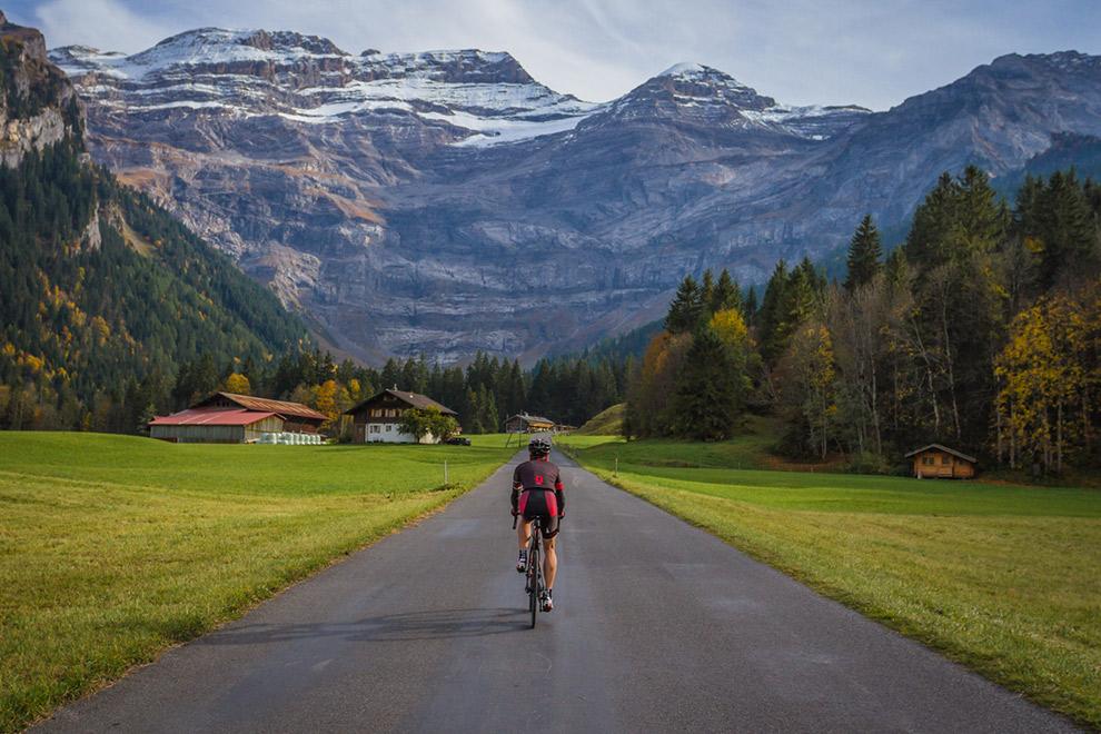 Wielrenner op imposante Zwitserse weg tussen de Alpen