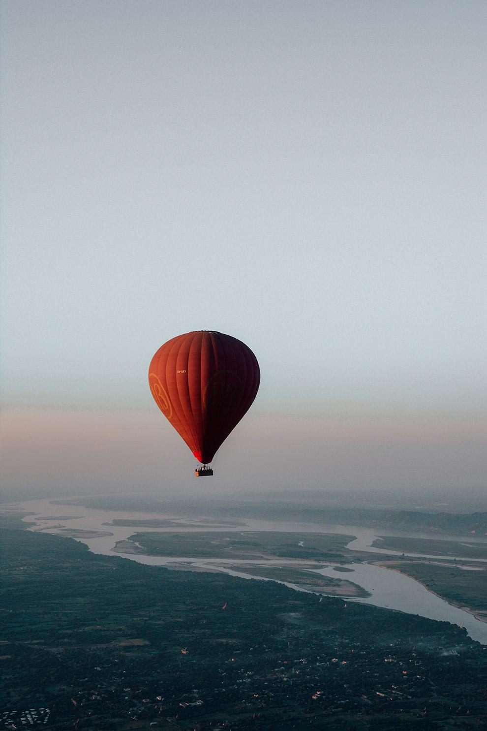 Ochtendzon kleurt lucht roze vanuit luchtballon