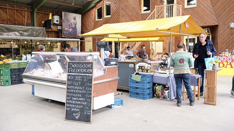Lokale producten kopen op de boerenmarkt bij de Kemphaan