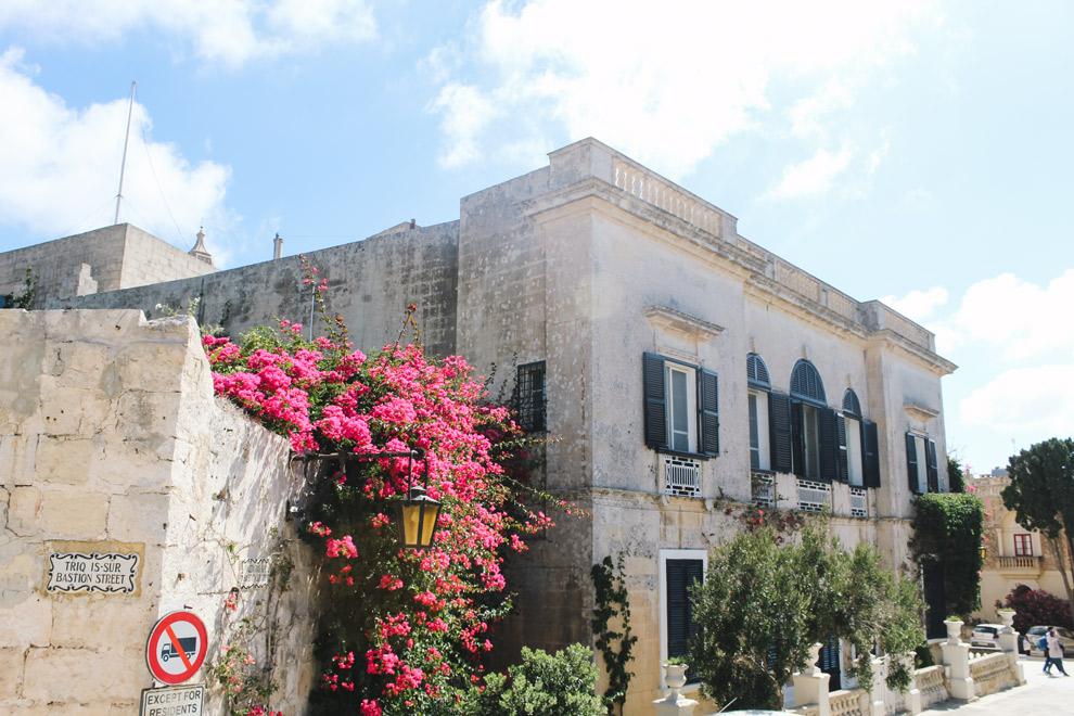 Zonnestralen door de straten van Mdina in Malta