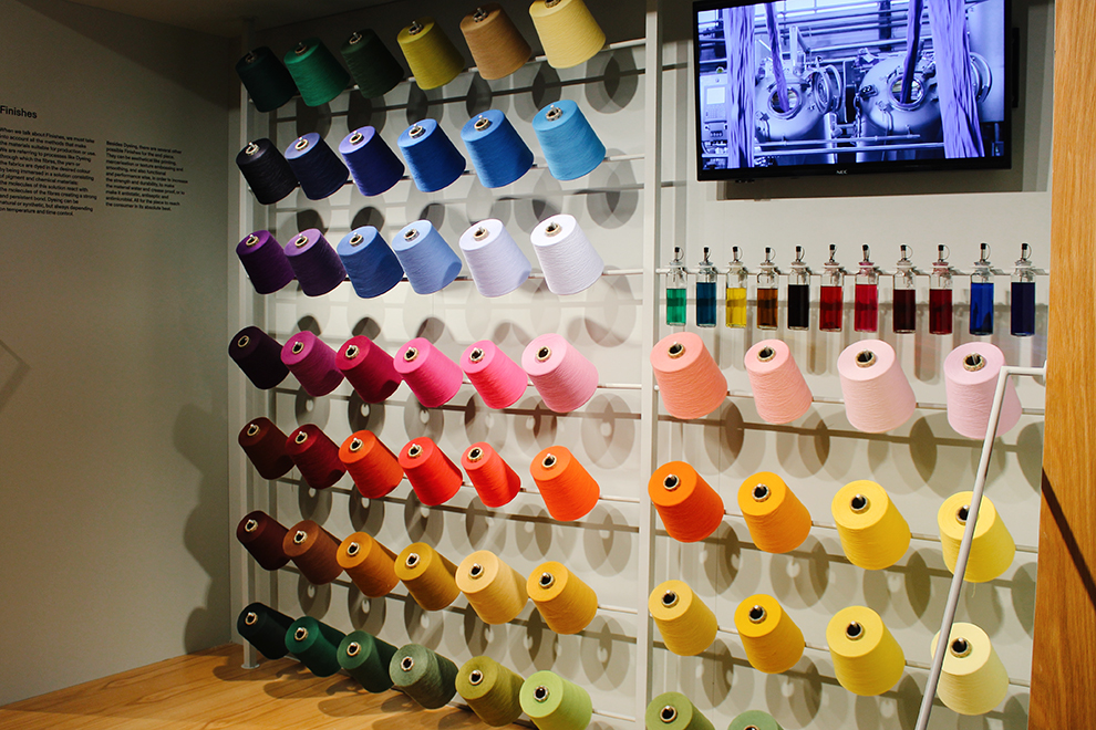 Muur vol kleurrijke garen in het Porto Fashion Museum