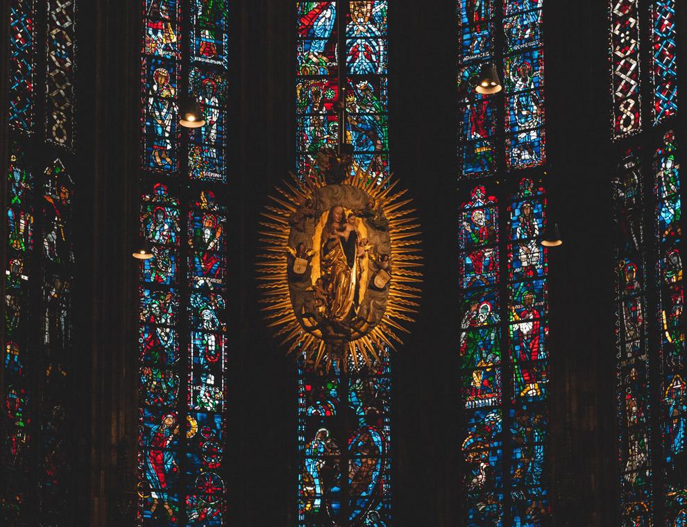 Kleurrijk glas in lood in de dom van Aachen