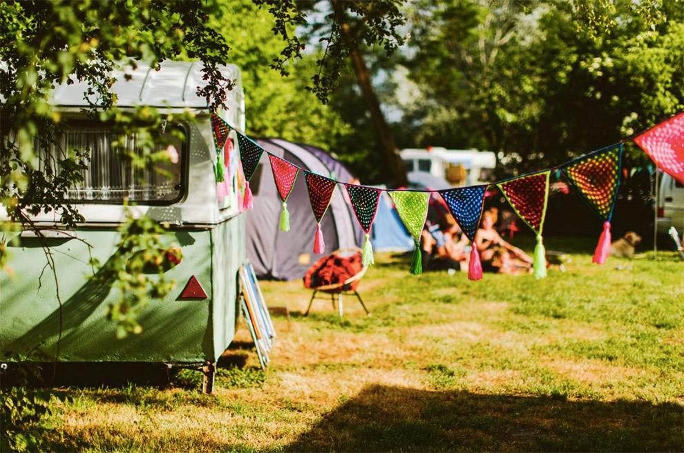 Versierde caravans op camping Buitenland in Drenthe