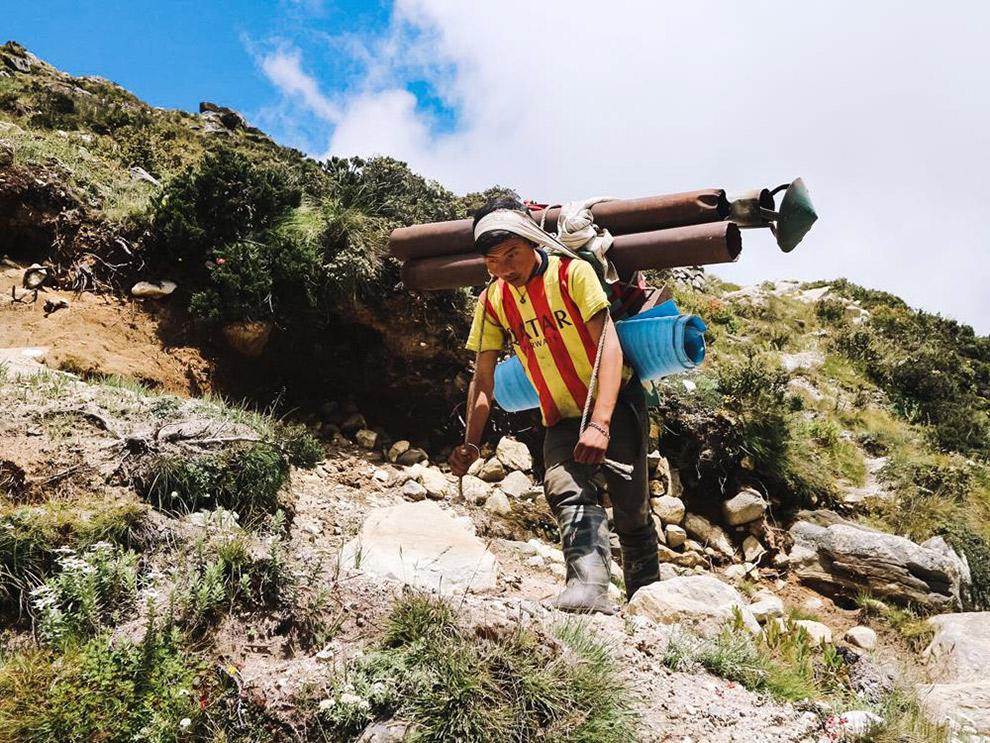 Local in de Himalaya draagt spullen omhoog